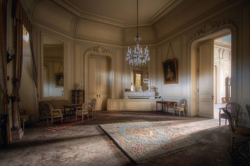 14. Комната со старинной мебелью в заброшенном дворце брошенные жилища, дворцы, заброшенные, заброшенные дома, заброшенные здания, старина старый дом, старые здания
