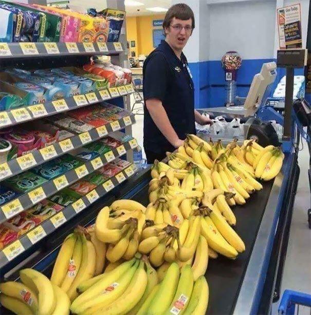 14. Реакция кассира на покупку 100 бананов вот это да!, всюду жизнь, забавные фотки, магазин, не верь глазам, странные фото, супермаркет, фото из соцсетей