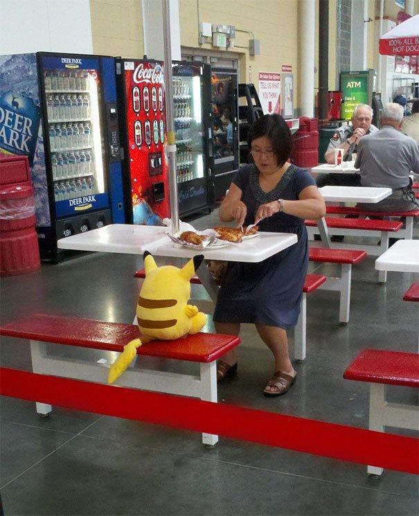 12. Посетительница Costko обедает с Пикачу вот это да!, всюду жизнь, забавные фотки, магазин, не верь глазам, странные фото, супермаркет, фото из соцсетей