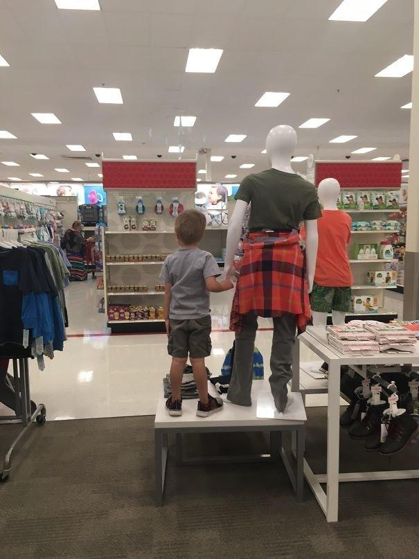 """23. """"Потеряла ребенка в супермаркете... Нашла рядом с манекеном"""" вот это да!, всюду жизнь, забавные фотки, магазин, не верь глазам, странные фото, супермаркет, фото из соцсетей"""