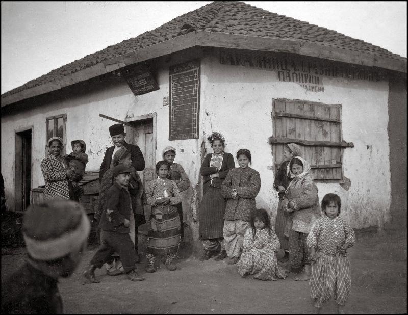 У продовольственного магазина ХХ век, балканы, болгария, история, начало века, фотография