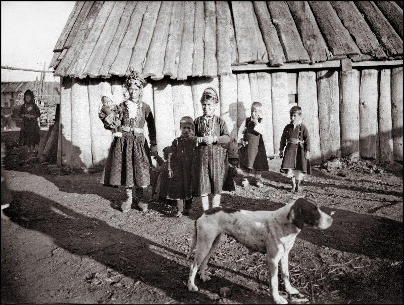 Женщина (возможно мать) и дети ХХ век, балканы, болгария, история, начало века, фотография