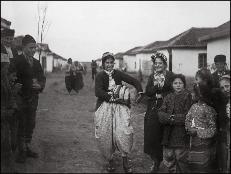 У входа в булочную ХХ век, балканы, болгария, история, начало века, фотография