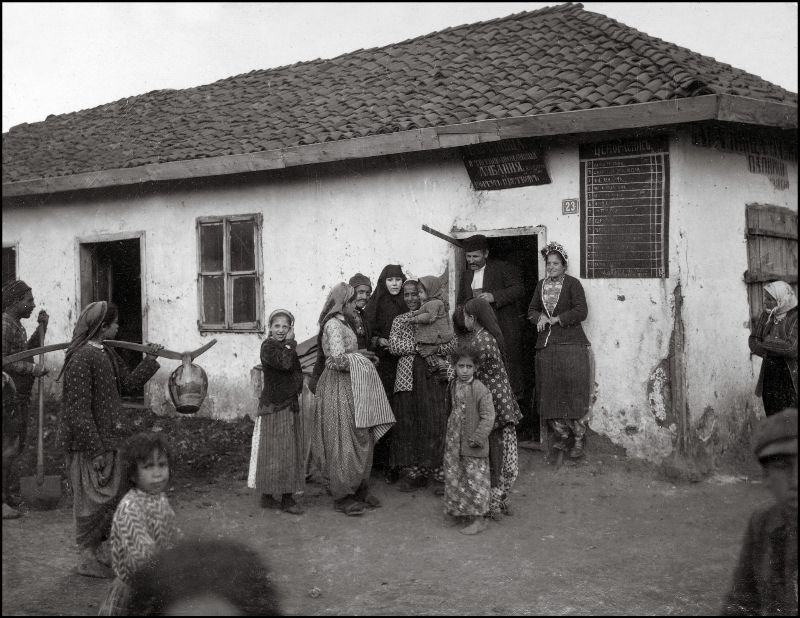 Местные жители возле продовольственного магазина ХХ век, балканы, болгария, история, начало века, фотография