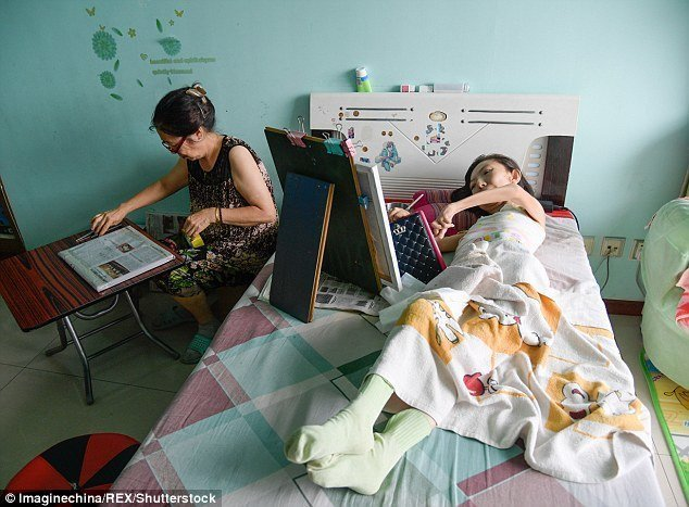 В среднем на полотно размерами 30 на 40 дюймов (примерно 75x100 см) у Чжан уходит 7-12 дней, и можно приниматься за следующее болезнь, жажда жизни, инвалид, картины, китай, сила духа, художница, художница-инвалид