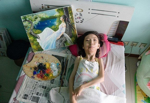 Всерьез увлекшись живописью три года назад, Чжан Цзюнли написала уже более 300 картин маслом и получила признание среди ценителей и знатоков болезнь, жажда жизни, инвалид, картины, китай, сила духа, художница, художница-инвалид