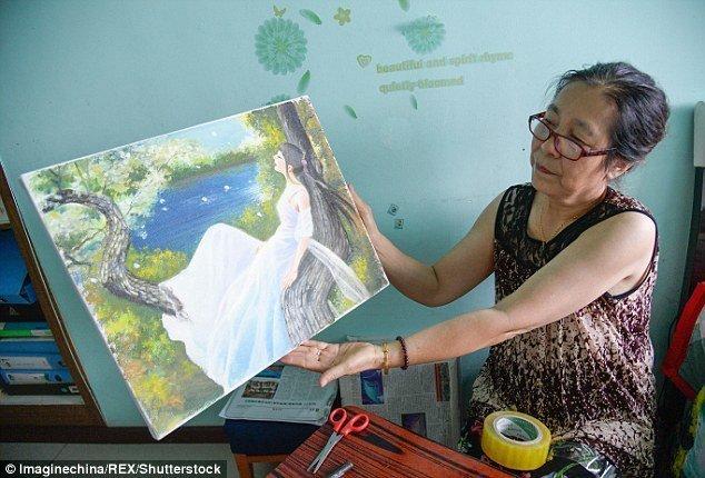 Мать Чжан показывает одну из последних работ дочери болезнь, жажда жизни, инвалид, картины, китай, сила духа, художница, художница-инвалид