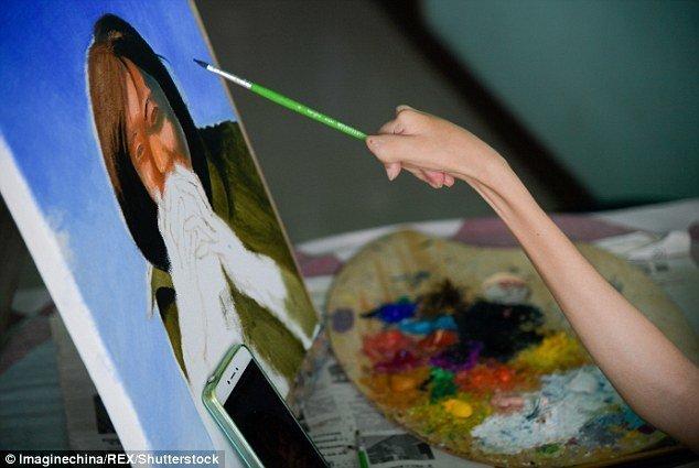 Кисточку художница может держать только зажав между большим и указательным пальцами болезнь, жажда жизни, инвалид, картины, китай, сила духа, художница, художница-инвалид
