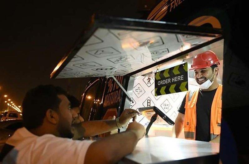 Жители Саудовской Аравии вынуждены работать механиками, продавцами чая и бургеров, и вот почему Саудовская Аравиия, в мире, люди, работа