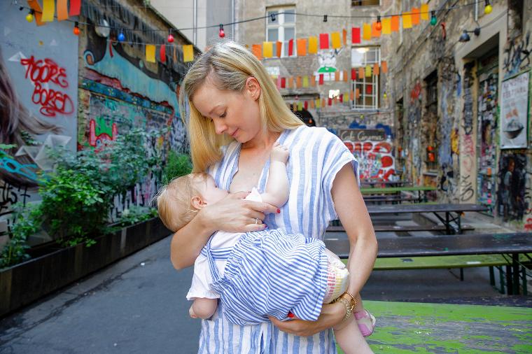 Германия грудное вскармливание, интересно, кормление грудью, матери и младенцы, необычно, общество, рекламная кампания, фотопроект