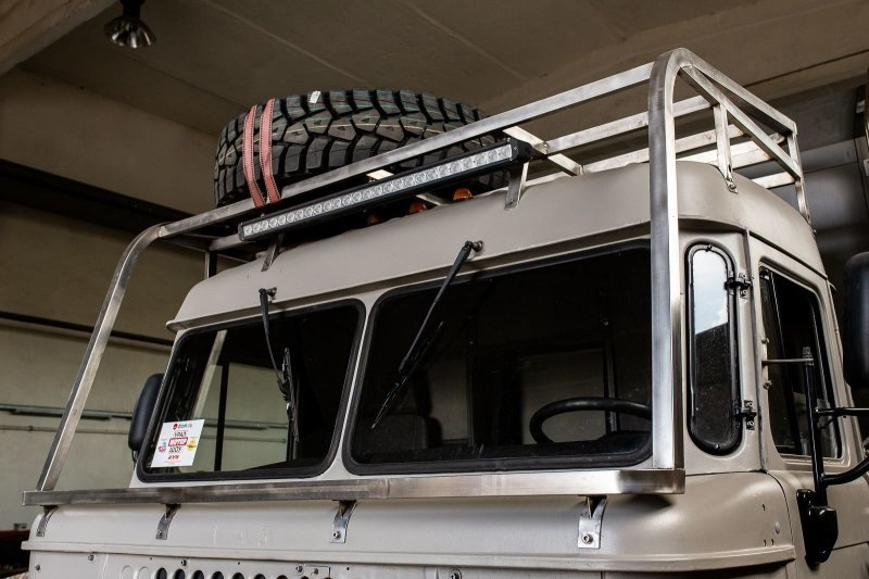 Запаска тут одна, но вторая при желании легко разместится. авто, внедорожник, газ, газ-66, грузовик, дом на колесах, кемпер, обзор