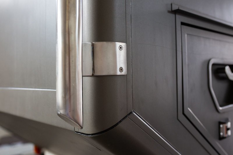 Для защиты корпуса модуля по кузову в углах размещены защитные дуги, которые распределяют нагрузку при контакте, например, с ветками или стволами деревьев. авто, внедорожник, газ, газ-66, грузовик, дом на колесах, кемпер, обзор