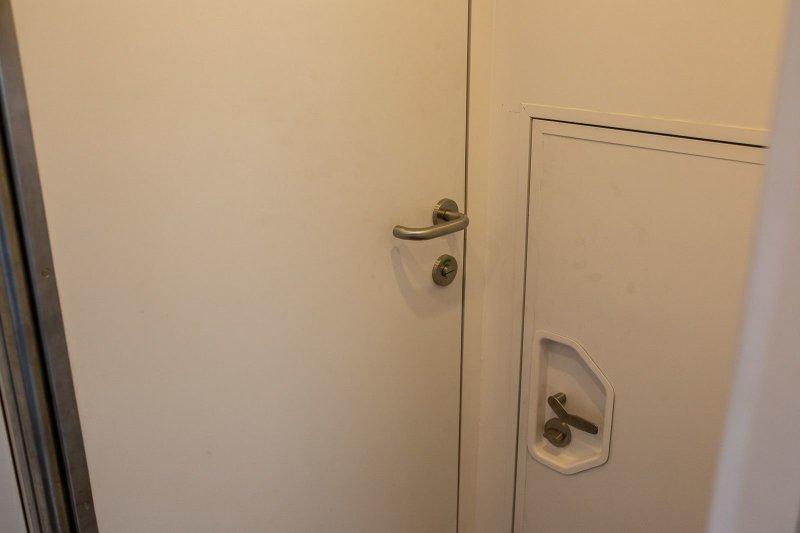 Ну и о «главном». На фото мы видим две двери — одна ведёт в туалет, а вторая в кабину. В туалет это обычная классическая полноразмерная дверь, а в кабину примерно половинка от неё. авто, внедорожник, газ, газ-66, грузовик, дом на колесах, кемпер, обзор