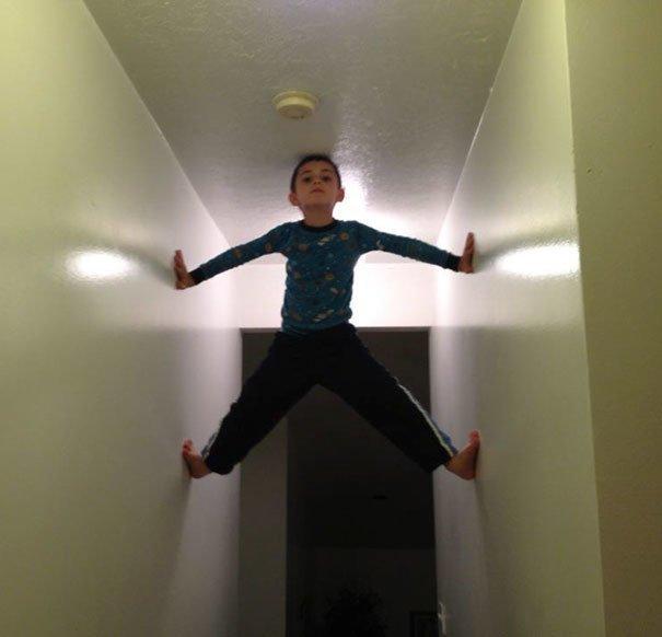 """12. """"Поспорил с ребенком, что он не сможет достать головой до потолка"""" Забавные фото, забавно, пари, приколы, смешно, спор, фото, юмор"""