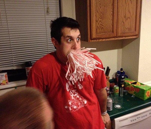 """21. """"Мой друг напился и поспорил, что сможет засунуть целую упаковку соломинок себе в рот. Не подвел"""" Забавные фото, забавно, пари, приколы, смешно, спор, фото, юмор"""