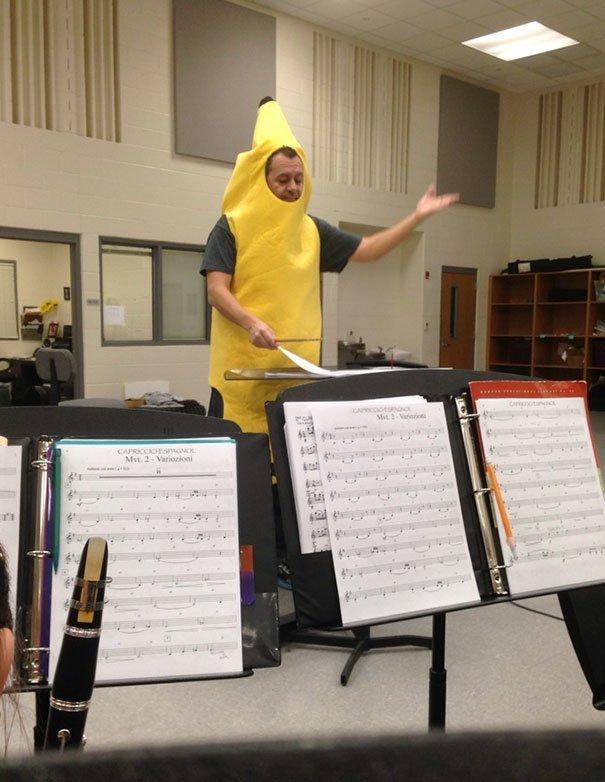 20. Дирижер проиграл спор и весь день проходил в костюме банана Забавные фото, забавно, пари, приколы, смешно, спор, фото, юмор