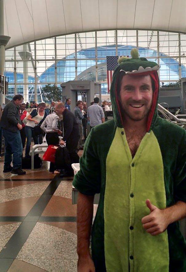 16. Проиграл спор и прошел досмотр в аэропорту в костюме динозавра Забавные фото, забавно, пари, приколы, смешно, спор, фото, юмор