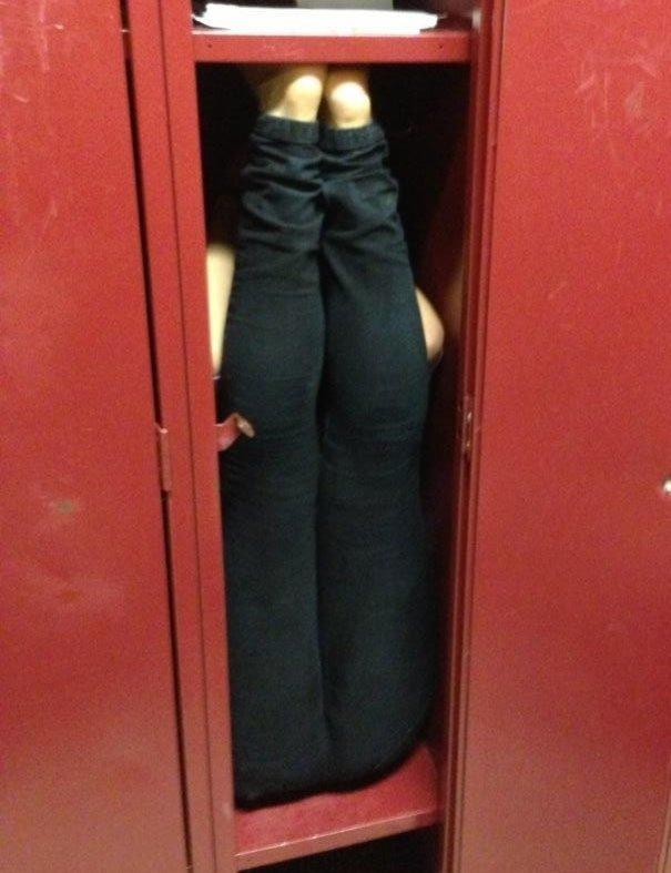 """14. """"Поспорили, что гимнастка ростом 170 см не сможет поместиться в школьном шкафчике для вещей. Зря"""" Забавные фото, забавно, пари, приколы, смешно, спор, фото, юмор"""