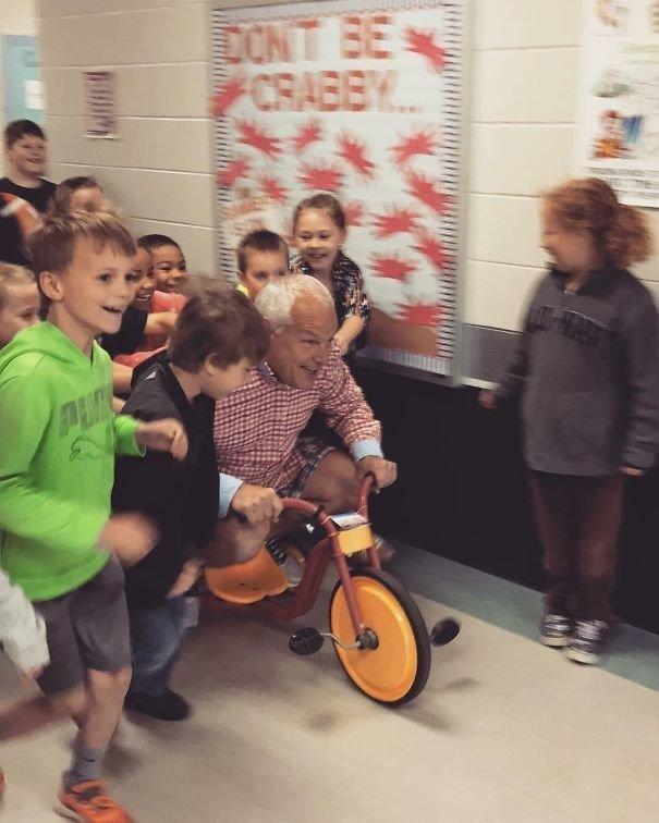 """1. """"Мой отец поспорил с учениками - если они успеют начитать в совокупности 1000 минут, то будут толкать его, пока он едет по школе на трехколесном велосипеде в одежде наизнанку"""" Забавные фото, забавно, пари, приколы, смешно, спор, фото, юмор"""