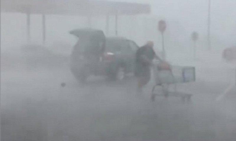 Этой пенсионерке не страшен никакой ураган бойкая бабушка, дождя не боимся, магазин, покупки, порядок должен быть, старушка, тележка, шопинг