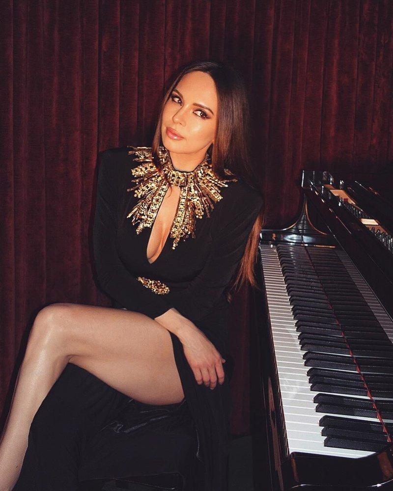 Пианистка виртуозно играет на рояле, но наслаждаться музыкой некоторым мешают её ноги Лола Астанова, в мире, красота, люди, музыка, пианистка, рояль