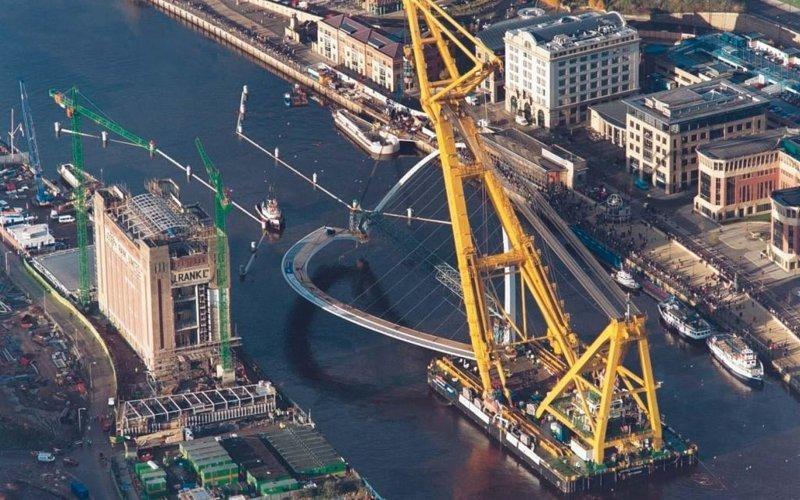 Плавучий кран транспортирует наклоняемый мост Миллениум в Северной Англии газовый флот, коммерческий флот, оффшорный флот, пассажирский флот, рыболовный флот, современный флот, танкерный флот, транспортный флот