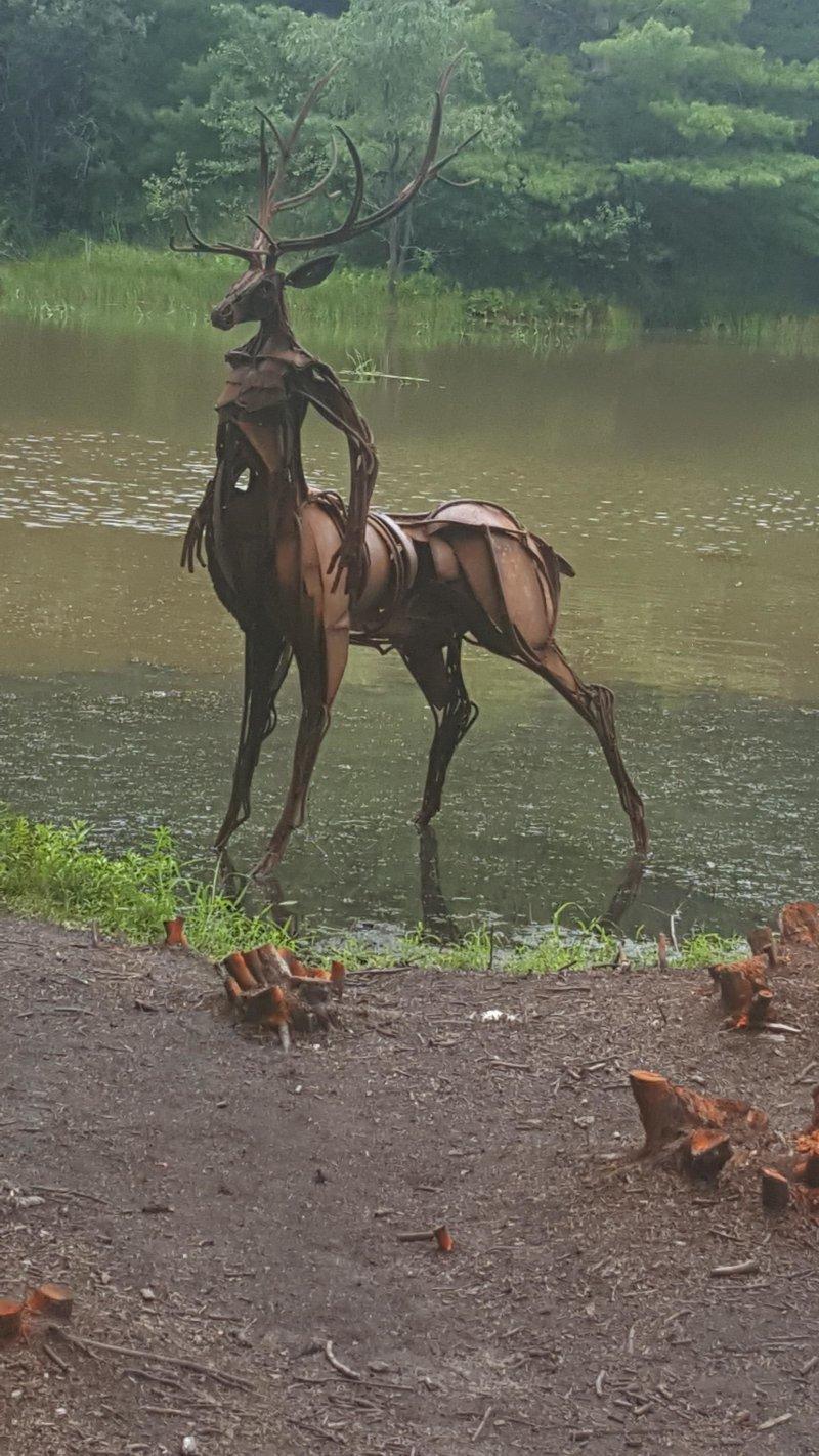 Пугающая скульптура у озера день, животные, кадр, люди, мир, снимок, фото, фотоподборка