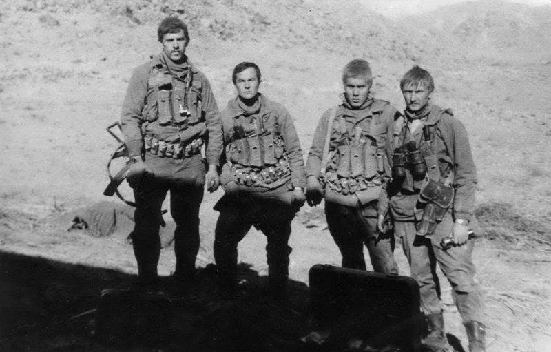 А.Хамзин (второй слева) афган, война, история, факты