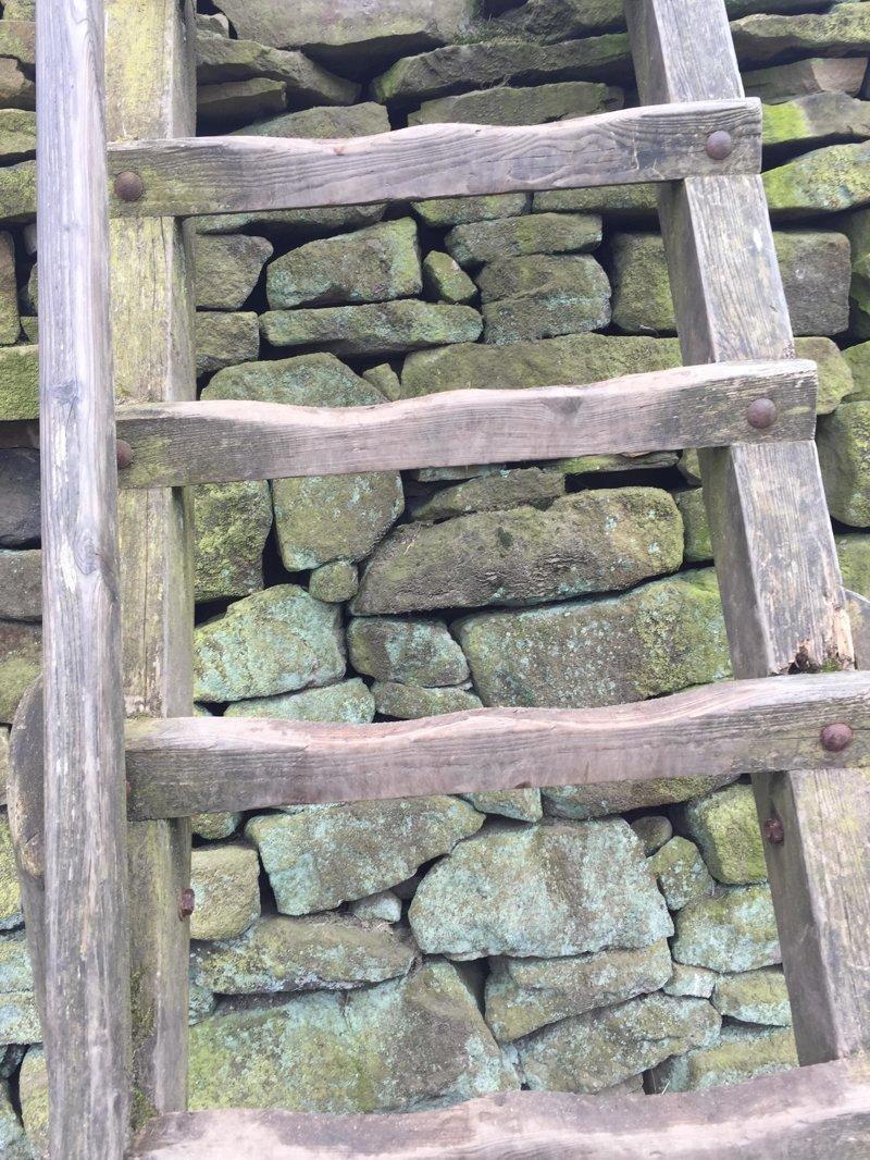 1. Следы от ног на лестнице время идет, до и после, интересно, с течение времени, фото