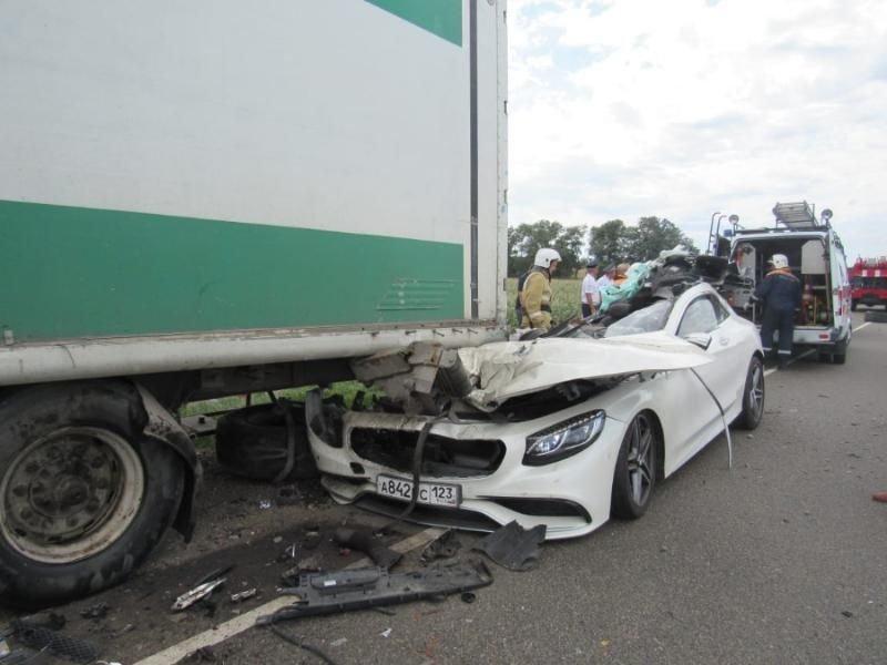 Авария дня. Муж и жена погибли под Краснодаром mercedes, авария, авария дня, авто, авто авария, видео, дтп, смертельное дтп