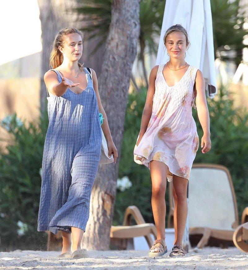 На пляже Амелия была с сестрой. Марина Шарлотта одета скромнее. ynews, девушки, интересное, принцесса, фото, царская семья