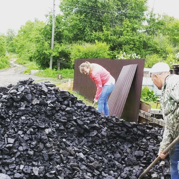 Раскидать несколько тонн угля - пара пустяков для сильных и независимых baby, девки, девушки, женщины, мужчины, независимые, прикол, юмор