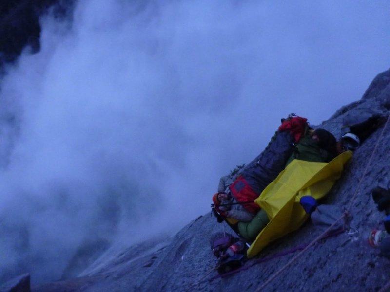30 сумасшедших фотографий о том, как спят альпинисты альпинист, ночёвка альпиниста, удивительные фотографии, экстрим