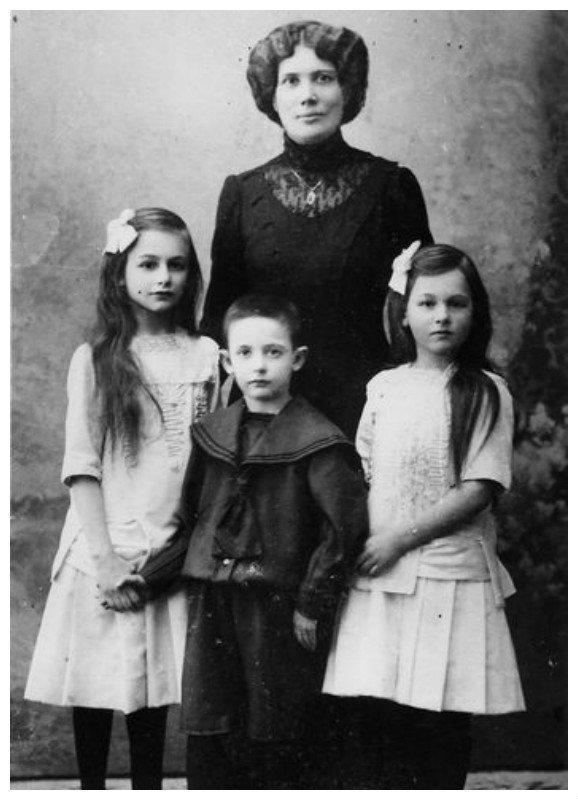 Юлий Борисович Харитон — главный конструктор первой советской ядерной бомбы, один из разработчиков Царь-Бомбы с мамой и сестрами биография, детство, интересное, конструкторы, ученые