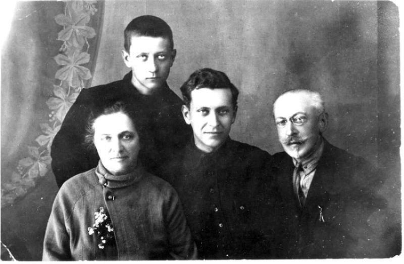Лихачёв Иван Алексеевич (в центре) с родителями и братом биография, детство, интересное, конструкторы, ученые