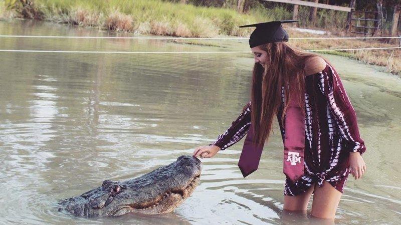 Студентка из США устроила себе на выпускной фотосессию со здоровенным аллигатором аллигатор, в мире, выпускной, животные, студентка, сша, фотосессия