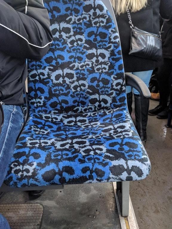 Но основная причина внешнего вида сидений — это необходимость скрывать огромное количество грязи автобус, интересно, материал, обивка, сиденья