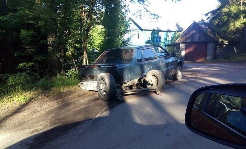 """ВАЗ пролетел по дороге с """"вырезанным асфальтом"""" и развалился авария, авто, автоваз, асфальт, ваз, дтп, лада, яма"""
