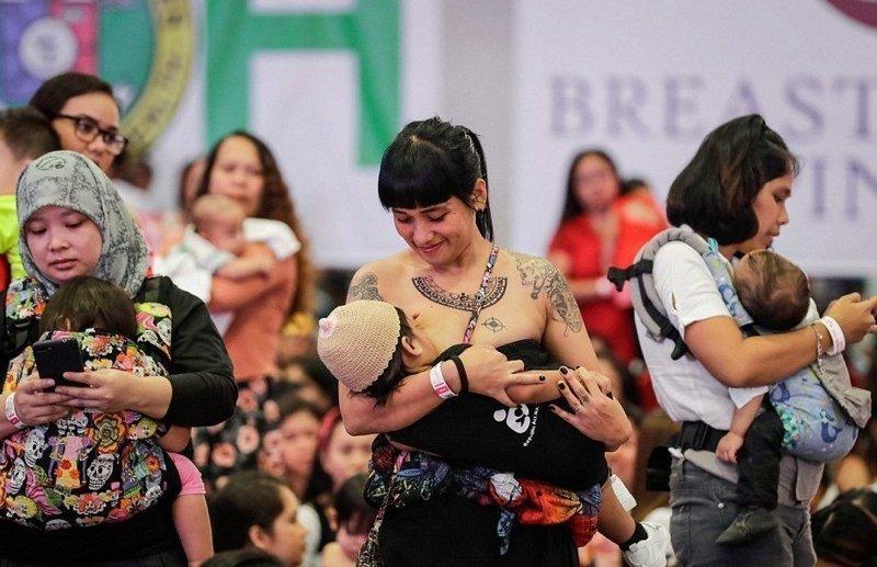 Филиппинские матери кормят грудью ради жизни детей ynews, грудное вскармливание, детская смертность, массовая акция, матери и младенцы, молоко как лекарство, новости, филиппины