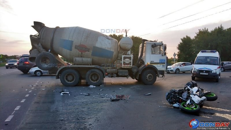 Авария дня. В Новочеркасске под колесами грузовика погиб мотоциклист авария, авария дня, авто, авто авария, видео, дтп, мотоциклист, смертельное дтп
