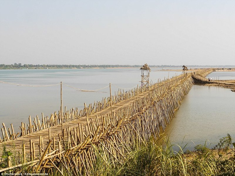 Проход через мост платный - для местных жителей переправа стоит несколько центов, а с туристов взимают плату побольше – около одного доллара. бамбук, в мире, камбоджа, конструкции, мосты, неожиданно, постройка, путешествия