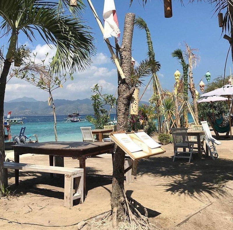 Опустевший ресторан на пляже Гили Траванган Гили, землетрясение, индонезия, ломбок, мир, остров, эвакуация