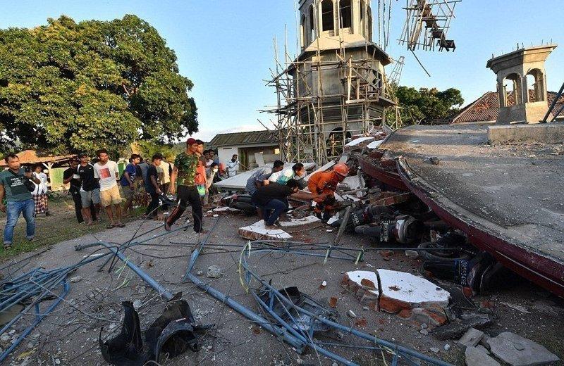 Спасатели разыскивают выживших среди руин мечети Гили, землетрясение, индонезия, ломбок, мир, остров, эвакуация