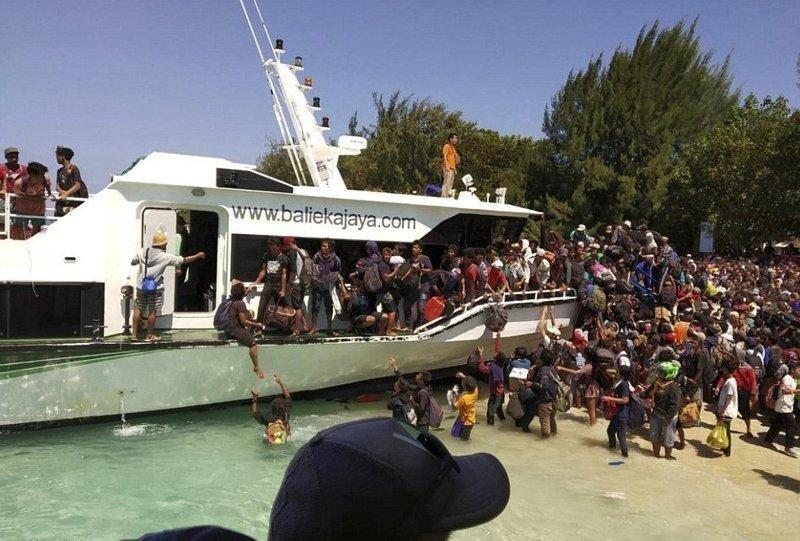 Опасаясь новых толчков и цунами, люди пытались сбежать с острова, расположенного неподалеку от Ломбока Гили, землетрясение, индонезия, ломбок, мир, остров, эвакуация