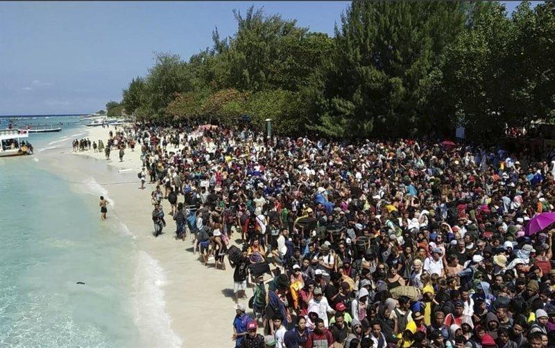 Белоснежный пляж острова Гили Траванган заполонили туристы и местные жители Гили, землетрясение, индонезия, ломбок, мир, остров, эвакуация