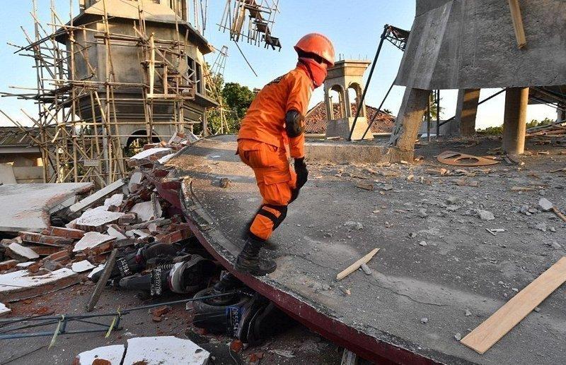 Специалистам не хватает техники для разбора завалов Гили, землетрясение, индонезия, ломбок, мир, остров, эвакуация