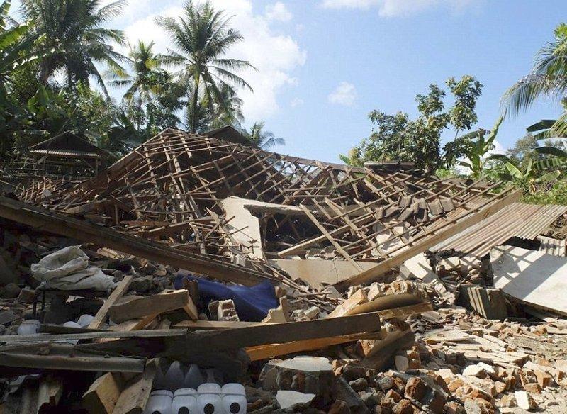 Без крова остались тысячи человек Гили, землетрясение, индонезия, ломбок, мир, остров, эвакуация