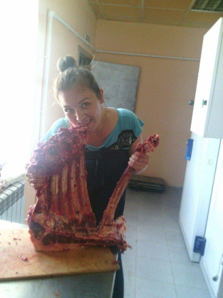 Только после сала, они приступают к мясу. Но сало это самое важное! девушки, сало, странности, удивительный мир, юмор