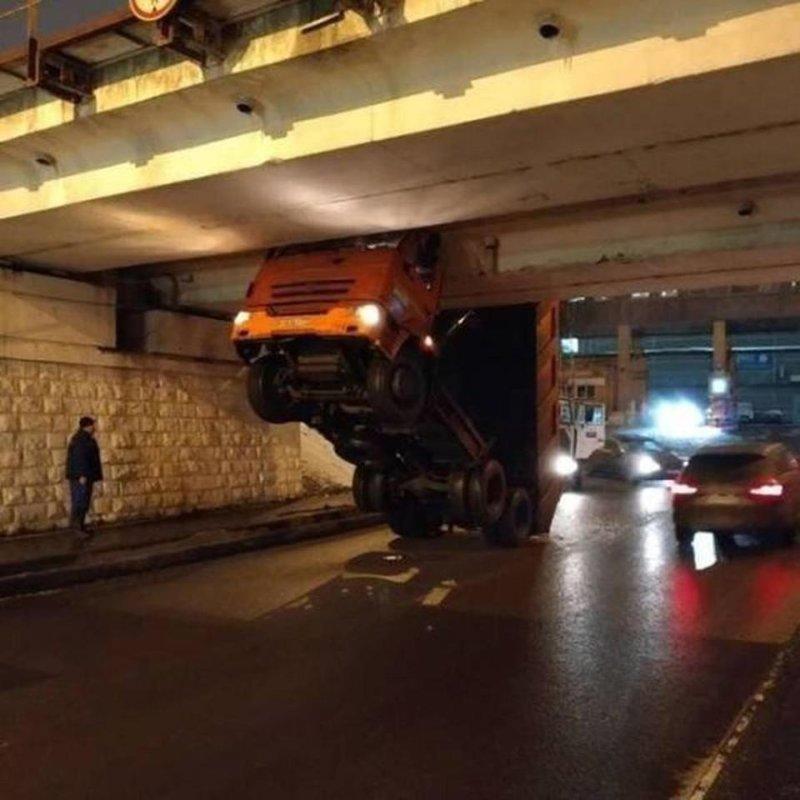 Понастроят низких мостов, нормальным людям не проехать автомобили, прикол, фейлы, юмор
