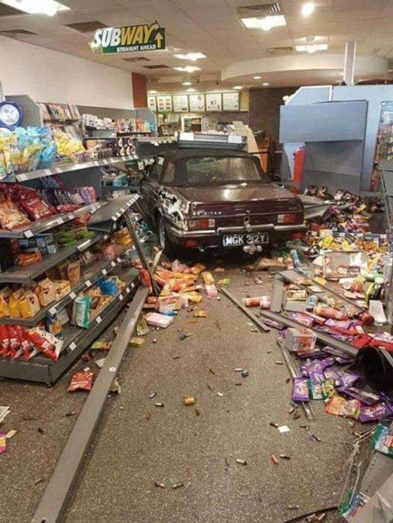 """Когда сказал ребятам: """"Щас я быстренько в магазин заеду…"""" автомобили, прикол, фейлы, юмор"""